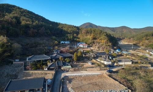 우진각 지붕과 평기와가 만난 경남 고성 장산리 허씨 고가