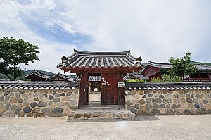 태종무열왕릉과 김유신장군묘 사이의 서악서원