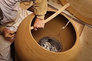 진흙으로 질그릇을 빚는 옹기장