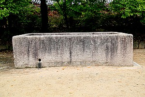 연꽃을 재현한 법주사 석연지(石蓮池)