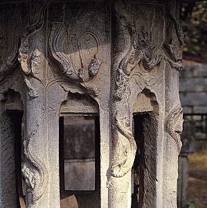 비천을 아로새긴 신륵사 보제존자 석등