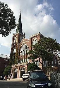 혜화동 무너진 성곽터 위의 망루같은 혜성교회